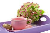 紫色托盘上的粉红茶杯子 — 图库照片