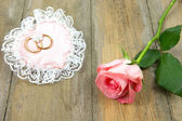Cotton pink heart with wedding rings and rose — Stock Photo
