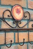 Cabide vintage em uma parede de tijolos — Foto Stock