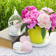 Sweet marshmallows and blooming peonies  — Stock Photo