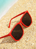 Sunglasses on the beach — Stock Photo