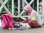 Indonesia, Jakarta. February 20, 2013. Woman with child begging — Stock Photo
