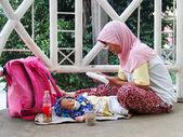 Indonesien, Jakarta. 20. Februar 2013. Frau mit Kind betteln — Stockfoto