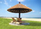 Sandalye ve şemsiye plajda — Stok fotoğraf