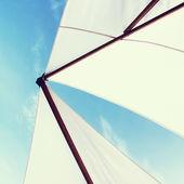 Parasol lub żagiel na jachcie z błękitem nieba. efekt vintage — Zdjęcie stockowe