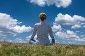 在美丽的晴天在山上放松的女人 — 图库照片