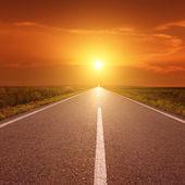 Jízdy na asfaltovou silnici při západu slunce k slunci iii — Stock fotografie