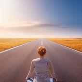 Meditación y relajación en una carretera vacía — Foto de Stock
