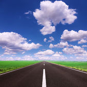 Driving on an empty asphalt road — Stockfoto