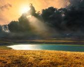 Bergmeer bij zonsondergang voor de storm — Stockfoto