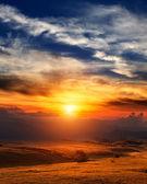 美しい cloudscape と山の夕焼け — ストック写真