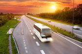 White bus in the rush hour on the highway — Foto Stock