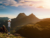 Woman standing on the edge of a cliff — Stock Photo