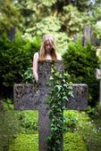 Staré náhrobní kámen ve tvaru kříže s ivy — Stock fotografie