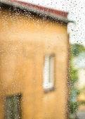 Nasses glas mit regentropfen — Stockfoto