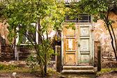 Gamla hus med trädörr — Stockfoto