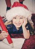 Noel baba'ya mektup yazma mutlu küçük kız — Stok fotoğraf