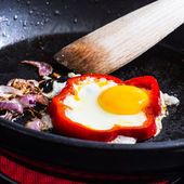 Fried egg in pepper ring — Foto Stock
