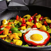 Fried egg in pepper ring — Foto de Stock