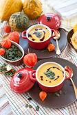 温かいカボチャ スープと小さな赤いポット — ストック写真
