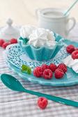 甘いメレンゲと新鮮なラズベリー — ストック写真