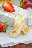 Camembert with bread and fresh strawberries — Stock Photo