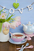 Tea and fresh tulips — Stock Photo