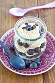 слоистых десерт со свежей черникой — Стоковое фото