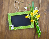 Little chalkboard and spring flowers — Stock Photo