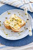 Brioche with cream cheese and honey — 图库照片