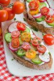 Whole wheat bread with vegetables — ストック写真