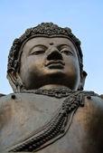 Alte schnitzen buddhastatue thailands. — Stockfoto