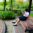 High-Schoolgirl reading in the park — Stock Photo