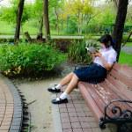 High-Schoolgirl reading in the park — Stock Photo