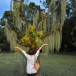 An Asian woman is worshiping a weird tree — Stock Photo