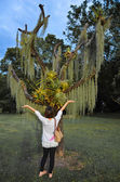 An Asian woman is worshiping a weird tree — Stock Photo