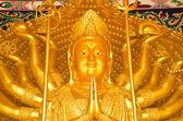 Golden statue of Thousand-Hand Quan Yin Bodhisattva — Stock Photo
