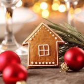 Gingerbread house on Christmas table — Foto Stock