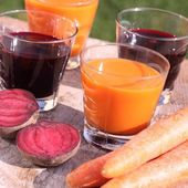 Carrot and beetroot juice and fresh vegetables — Stock Photo