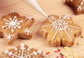 Decorating gingerbread cookies. — Stock Photo