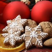 Christmas ornaments and gingerbread cookies. — Foto de Stock