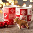 Mugs with hot drink and gingerbread cookie. — Stok fotoğraf