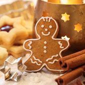 Omino di marzapane, biscotti, spezie e candela. — Foto Stock