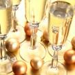 sparklig ワイン、クリスマスの装飾品 — ストック写真