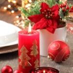 キャンドルと置物の休日テーブル — ストック写真