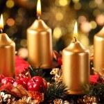 Advent çelenk dört mum yaktı — Stok fotoğraf