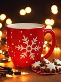 Mug with hot drink and Christmas cookies — Stock Photo