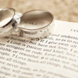 Two rings on open Bible - 1. Corinthians chapter 13. — Stock Photo