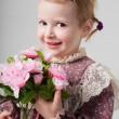 retro elbiseli güzel küçük bir kız portre çiçekler buket. sevimli kız çiçek kokluyor. Stüdyo vurdu. gri arka planı. tebrik kartı — Stok fotoğraf
