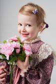портрет красивая девочка в ретро платье с букетом цветов. милая девушка пахнущие цветы. студия выстрел. серый фон. поздравительная открытка — Стоковое фото
